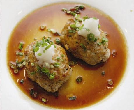 鶏のミンチと西濱屋の【博多あごだし】を使って、美味しい【鶏つくねハンバーグ】を作ってみましょう。