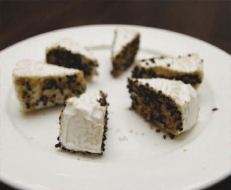 カマンベールチーズと西濱屋の【博多あこだし】の中身を使って、美味しい【オードプル】を作ってみましょう。
