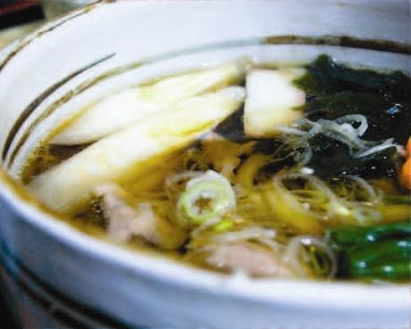 長崎県五島に伝わる島の椿油を使った手作りのまぼろしの手延べ麺【五島饂飩】にピッタリの西濱屋の【博多あごだし】を使って、コシが強い絶妙な味のだしを作ってみましょう。