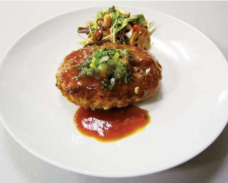西濱屋の【博多あごだし】を使って、しっかりとしたジューシーな味の【豆腐ハンバーグ】を作ってみましょう。