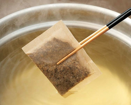 西濱屋の【博多あごだし】を使って、天然だしの効いた優しい味の【うどん・そばの汁】を作ってみましょう。