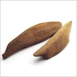 新鮮なかつおを3枚におろし、様々な工程を経てじっくりと時間をかけて発酵熟成させる、全て職人の手作業によって丁寧に仕上げられた鹿児島県産の鰹節を使用しています。